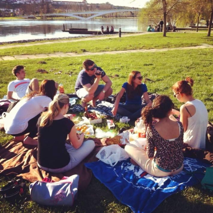 (първи) Пикник край реката