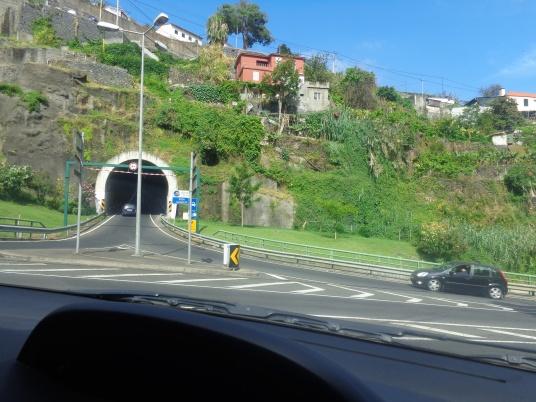 Тунели в скалите и къщите над тях